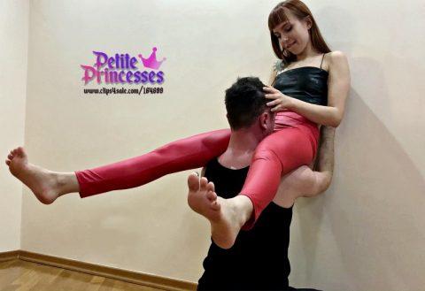 Petite Bratty Mistress Kira In Leggings Extreme Scissor Hold Her Slave For Hard Pussy Worship Femdom