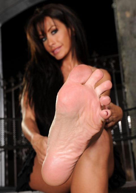Glam Mistress Randi Wright Show Her Bare Feet Close-Up